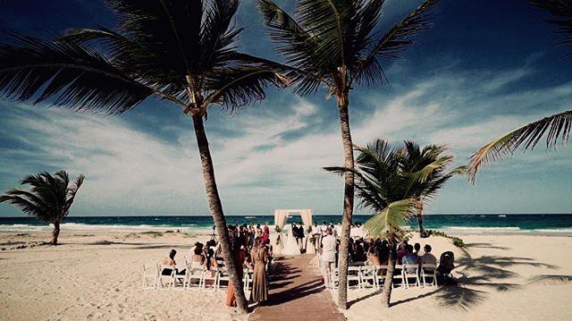 Cena linda da cerimônia aqui no Hard Rock em Punta Cana , temos! 🙅🏻♂️😱💕 Vic + Andi #wedding #puntacana #hardrockpuntacana #bodaspuntacana #love #casamentoandievic