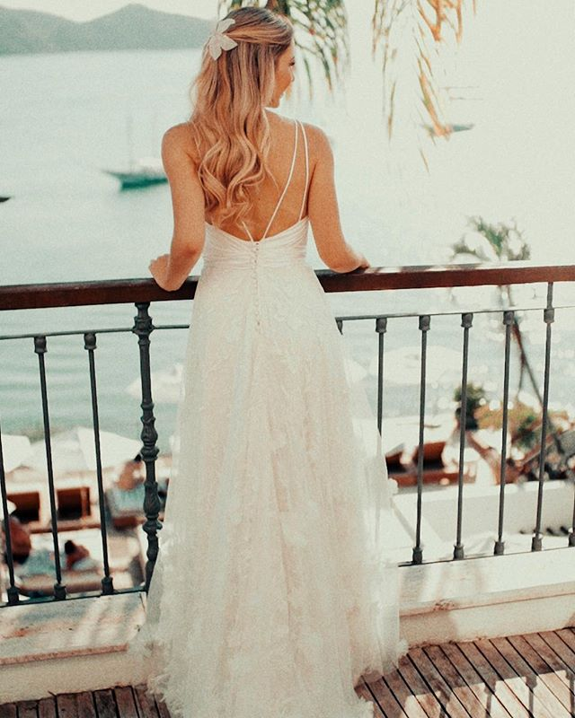 No making da @jessicakimelblat com esse vestido incrível feito pela @marianakuenerz! 😱 Esse lugar espetacular fica no @casas_brancas_hotel 🌿😍💖 #wedding #casamentoembuzios #bride #buzios #showmotion