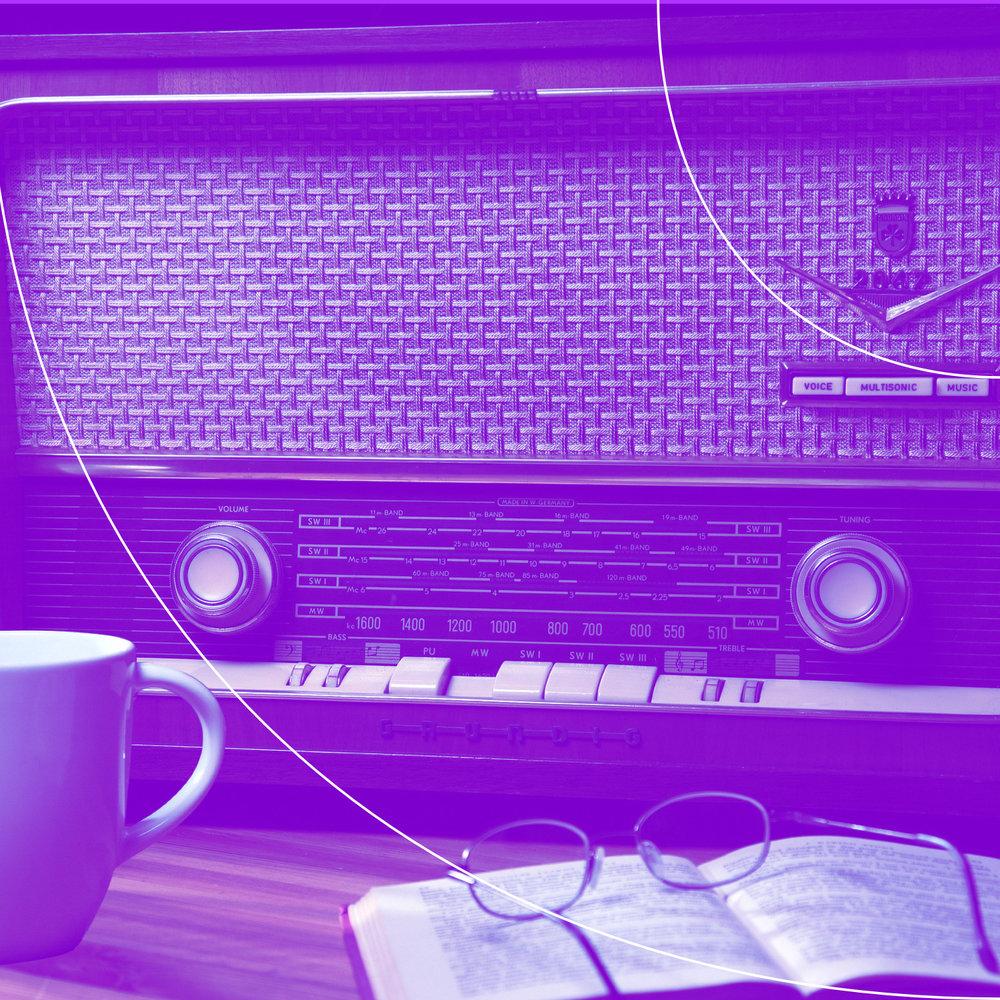 Kibeo Chilchestübli Podcast. Ein antikes Radio steht im Zentrum, links davon eine Tasse und auf der rechten Seite liegt ein Buch mit Lesebrille darauf.