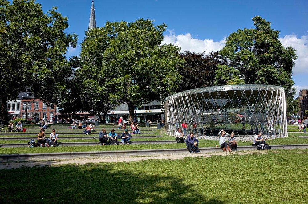 The Elisengarten, a small city park next to the Elisenbrunnen, features a new pavilion that showcases historic artefacts.