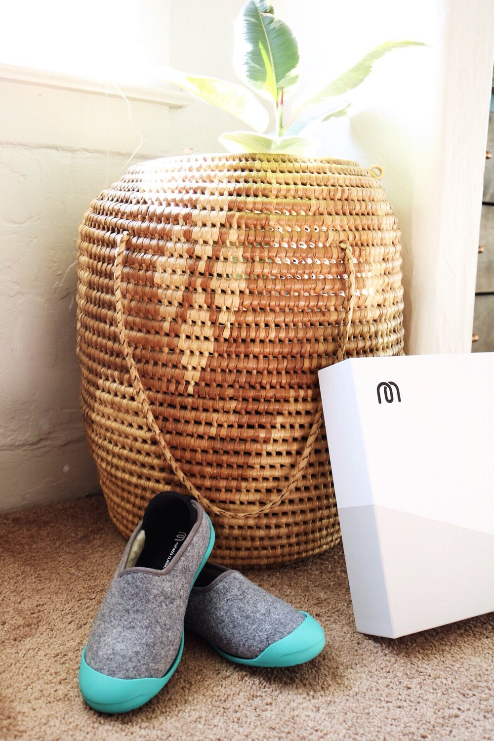 Mahabis slippers, straw basket
