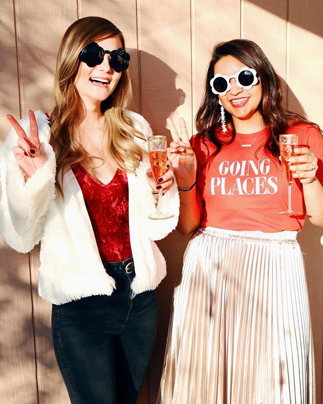 "It's officially been one full week since we said ""Peace out 2018!"" We're hoping we'll be able to remember what day of the week it is or at the very least, write 2019 without having to make the 8 into a 9. 🤗🤗 Happy Monday friends! #goingplaces #havefuninthis #ouifresh #daisy #cheers #peaceout  xoxo S&A"