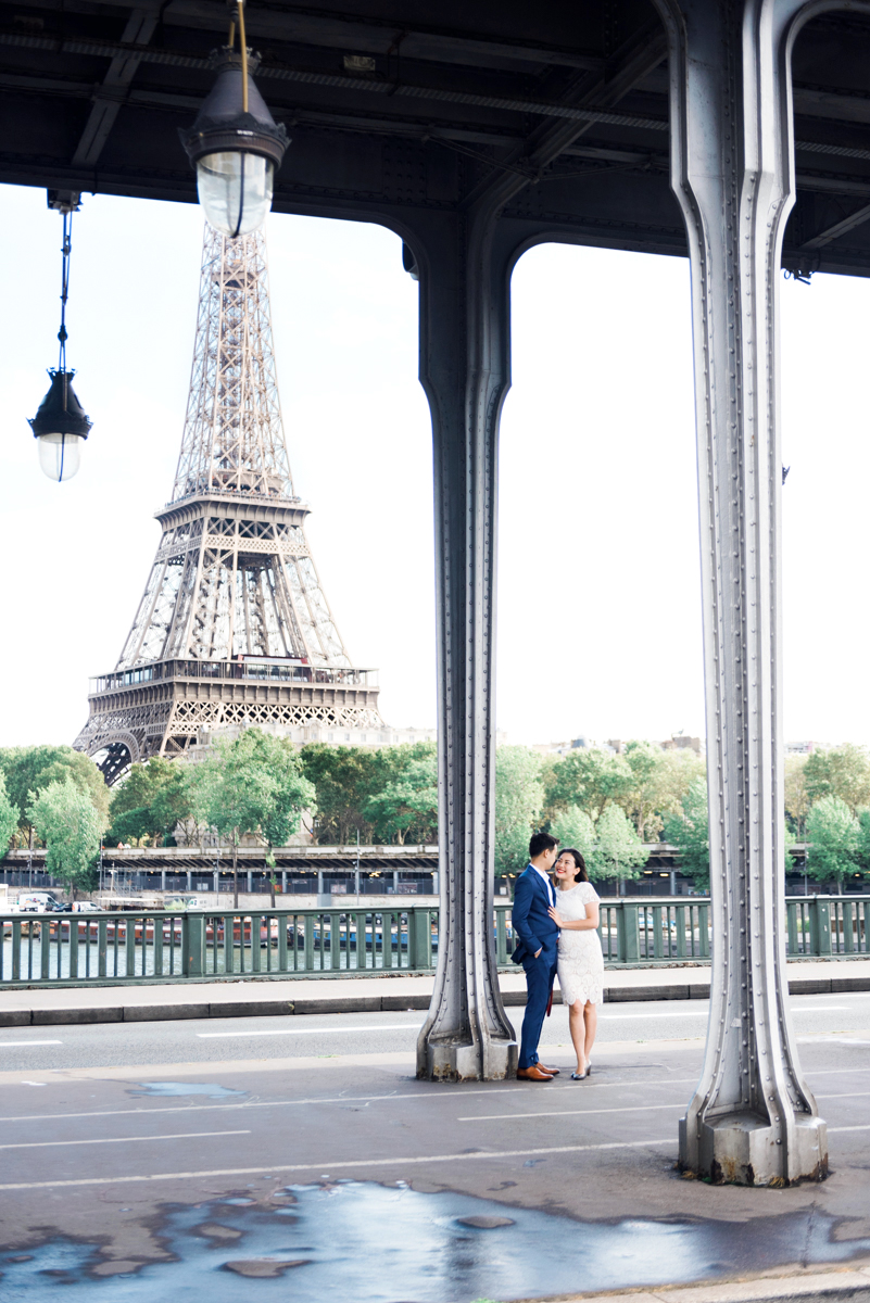 Photographer in Paris - Love under the bridge with a view on the eiffel tower