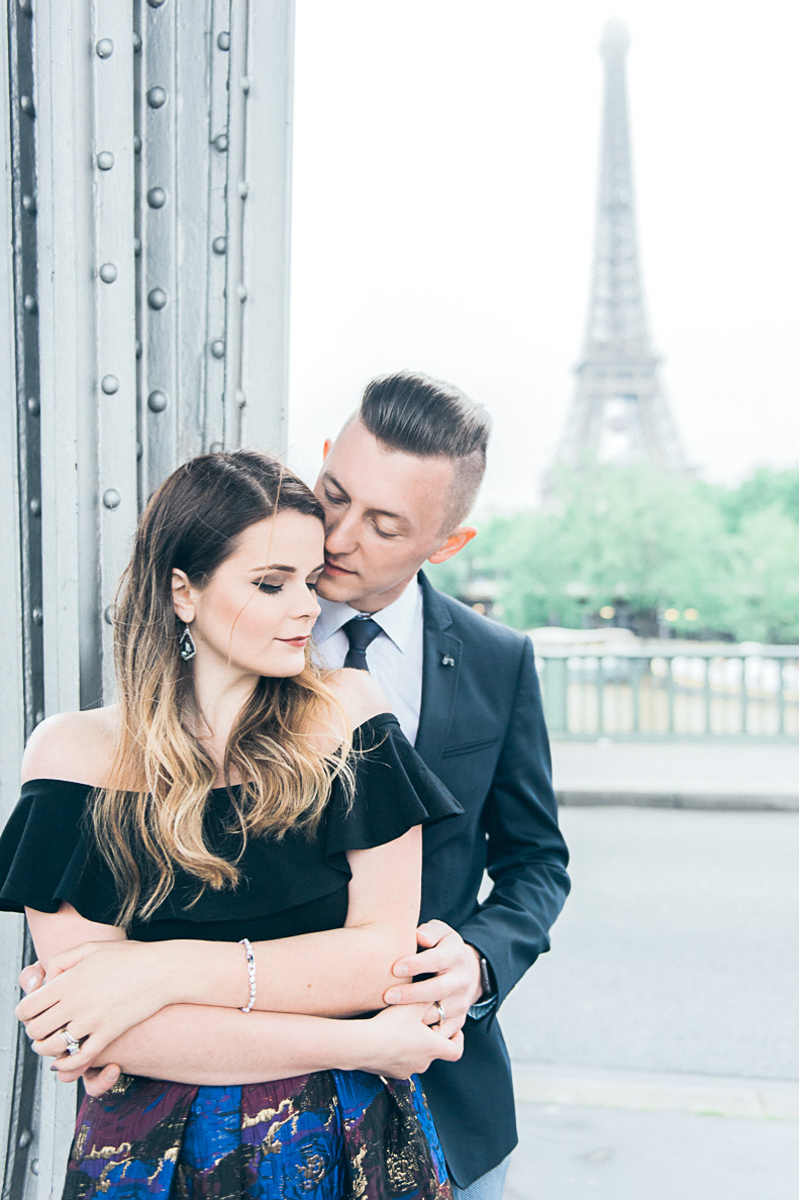 Photographer in Paris - True love with Carina and Vladimir in front of the Eiffel tower in Paris