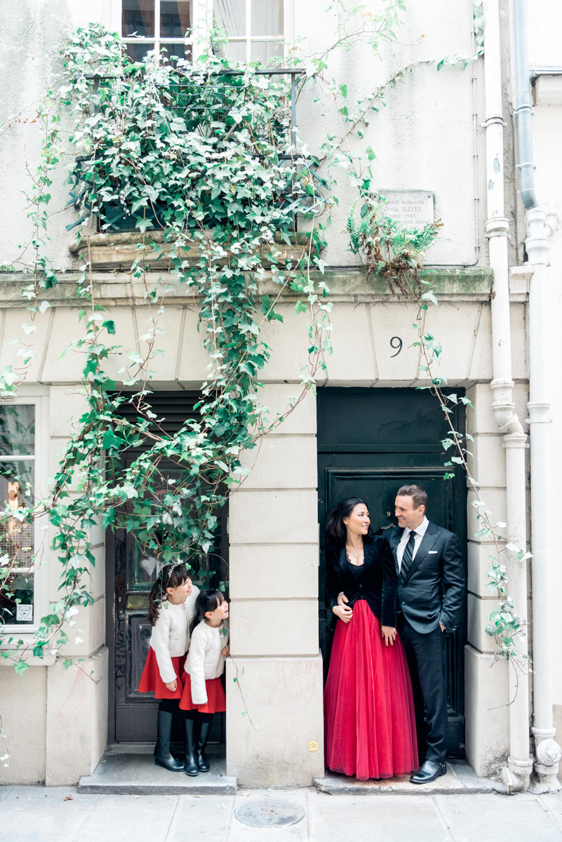 Photographer in Paris - Family time in a parisian street