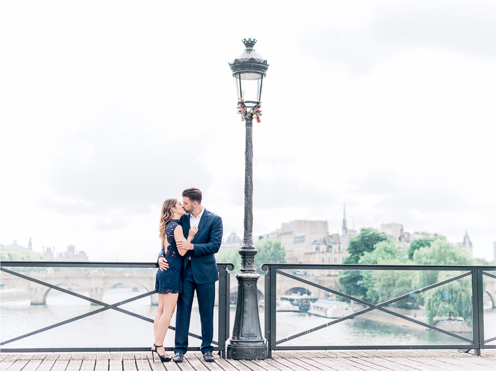 photographer in paris - Engagement photo shoot on a parisian bridge
