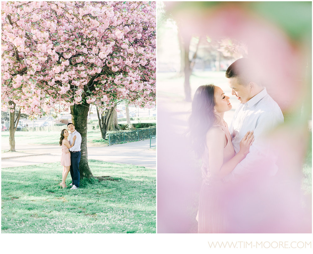 Paris photographer Tim Moore - wonderful spring photo shoot around the Eiffel Tower with this couple enjoying the incredible cherry blossom in Paris