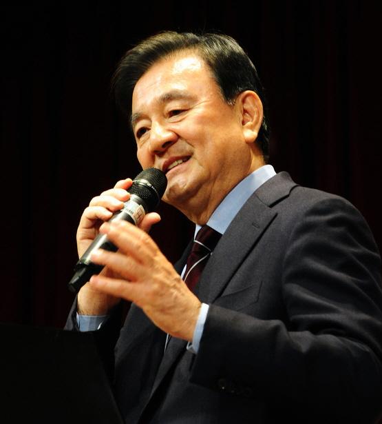 Hong Seok-hyun, chairman of the JoongAng Ilbo and JTBC, gives a lecture to officials of the Educational Foundation Wonkwang School on Thursday. [KANG JUNG-HYUN]