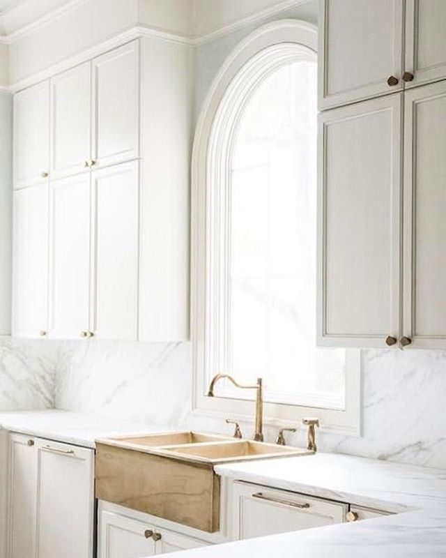 Good afternoon from this too beautiful for words brass apron front sink! I mean.... ✨ #thedesignhunters #interiorinspiration | Design by @mungerinteriors