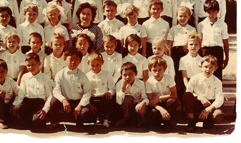 Altantuya, forth left in the middle row, sits among her year one classmates and her teacher in 1985 in Shymkent, industrial city of Kazakhstan. Photo courtesy of Shaariibuu Setev.