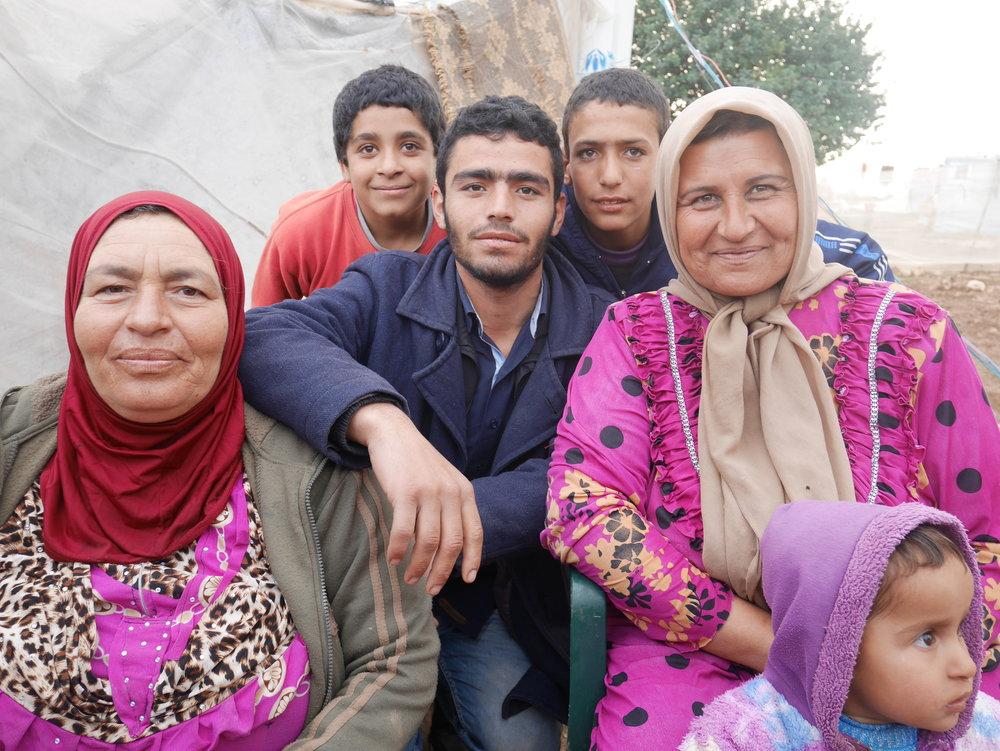 Familie in der Flüchtlingssiedlung Izziye