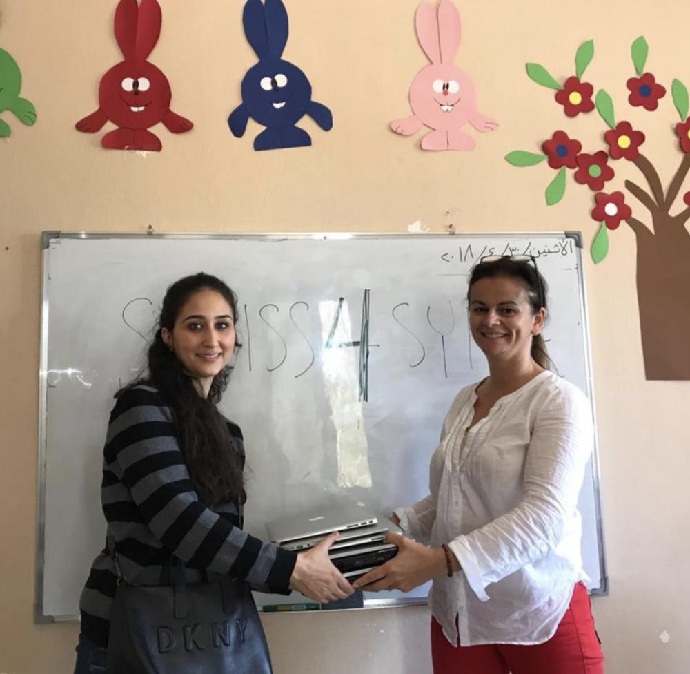 """Partner NGO """"Beit bil Jnoub"""" Direktorin Leila Solh mit S4S Geschäftsführerin Jessica Mor-Camenzind   bei der Übergabe von Laptops für das bevorstehende IT-Pilot-Projekt"""