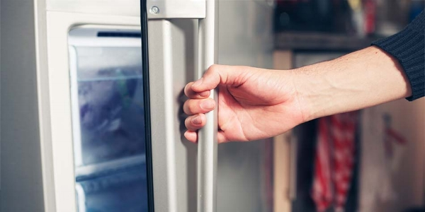 If the power goes out, don't open the refrigerator or freezer doors.