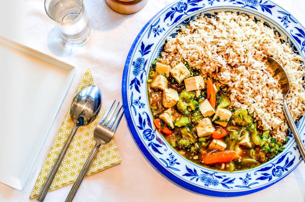 Meal 2 by Chef Eric: Tofu, légumes de saisons (Tofu, Brocolis, Carottes, Oignons nouveaux, ail, Huile de sésame, Maïzena, Coriandre frais, bâton de citronnelle, sauce huitre, mélange de riz