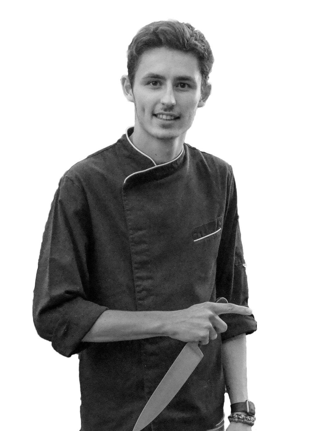 """Chef Simon                         Normal    0          21          false    false    false       EN-GB    JA    X-NONE                                                                                                                                                                                                                                                                                                                                                                                                                                                                                                                           /* Style Definitions */ table.MsoNormalTable {mso-style-name:""""Tableau Normal""""; mso-tstyle-rowband-size:0; mso-tstyle-colband-size:0; mso-style-noshow:yes; mso-style-priority:99; mso-style-parent:""""""""; mso-padding-alt:0cm 5.4pt 0cm 5.4pt; mso-para-margin:0cm; mso-para-margin-bottom:.0001pt; mso-pagination:widow-orphan; font-size:12.0pt; font-family:Cambria; mso-ascii-font-family:Cambria; mso-ascii-theme-font:minor-latin; mso-hansi-font-family:Cambria; mso-hansi-theme-font:minor-latin; mso-ansi-language:EN-GB;}       Simon, 21 ans, est second de cuisine au restaurant le Coriandre. Diplômé de l'école hôtelière de Namur, il affectionne la cuisine simple, élégante et raffinée. Il aime utiliser des produits de saison et travailler avec des producteurs locaux."""