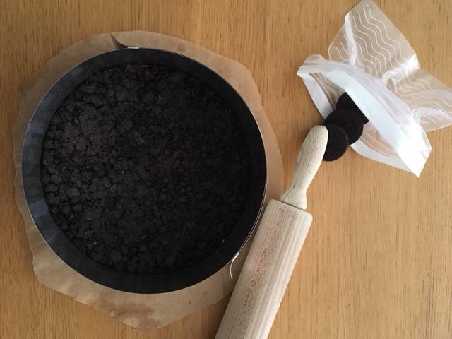2. Foncer un moule de 22cm de diamètre et cuire à 180°C pendant 12 min. Réserver.