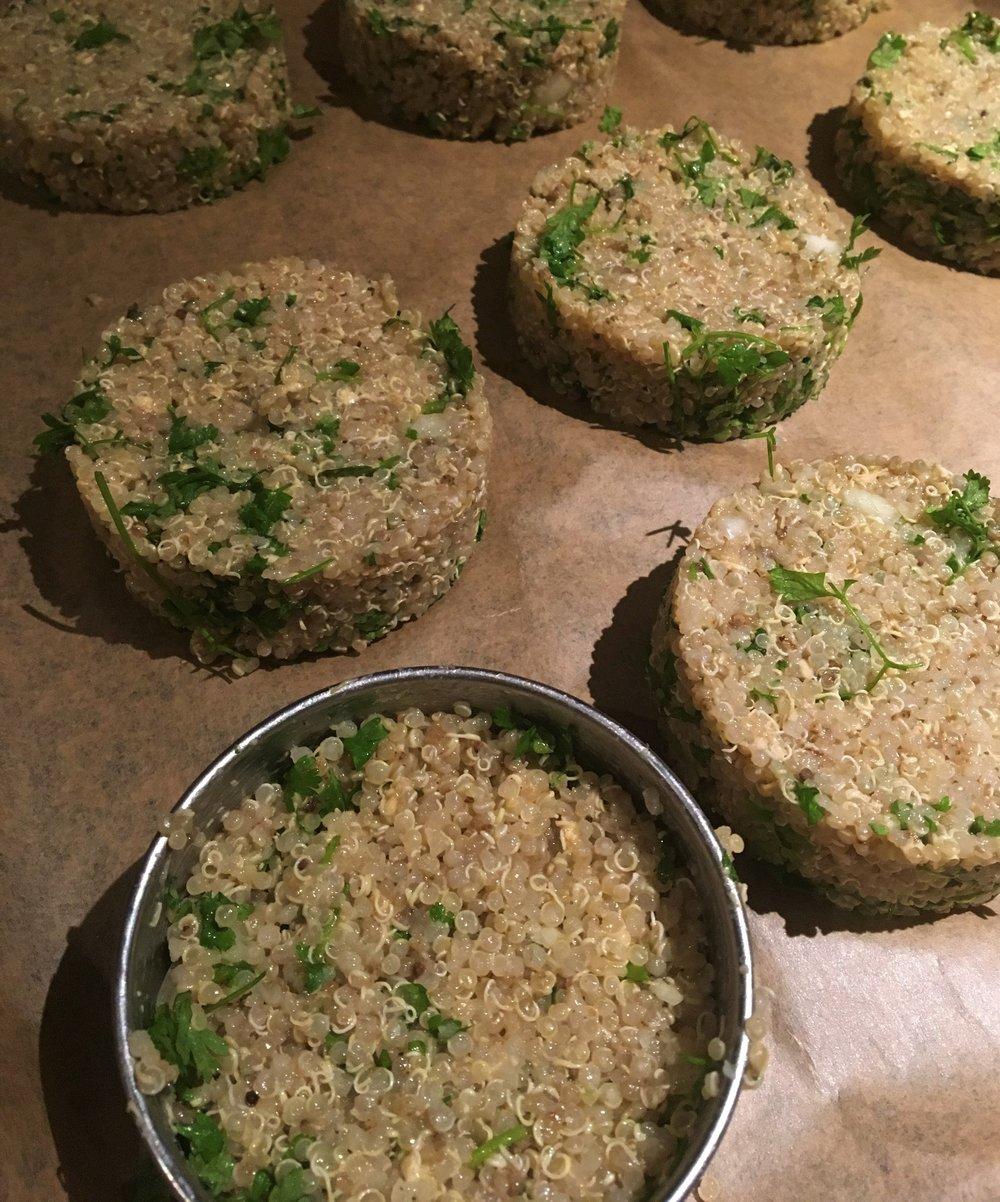 1. Laver deux fois le quinoa. Le cuire dans l'eau pendant 15 minutes.  2. Hacher l'oignon, le persil et l'ail. Ajouter au quinoa. Mélanger.  3. Ajouter l'œuf, les flocons d'avoine, le jus de citron et les épices. Mélanger.  4. Réaliser les burgers en disposant la préparation dans un emporte-pièce.  5. Disposer les pavés en quinconce sur une plaque allant au four couverte de papier cuisson.  5. Cuire à 180°C pendant 20 minutes.