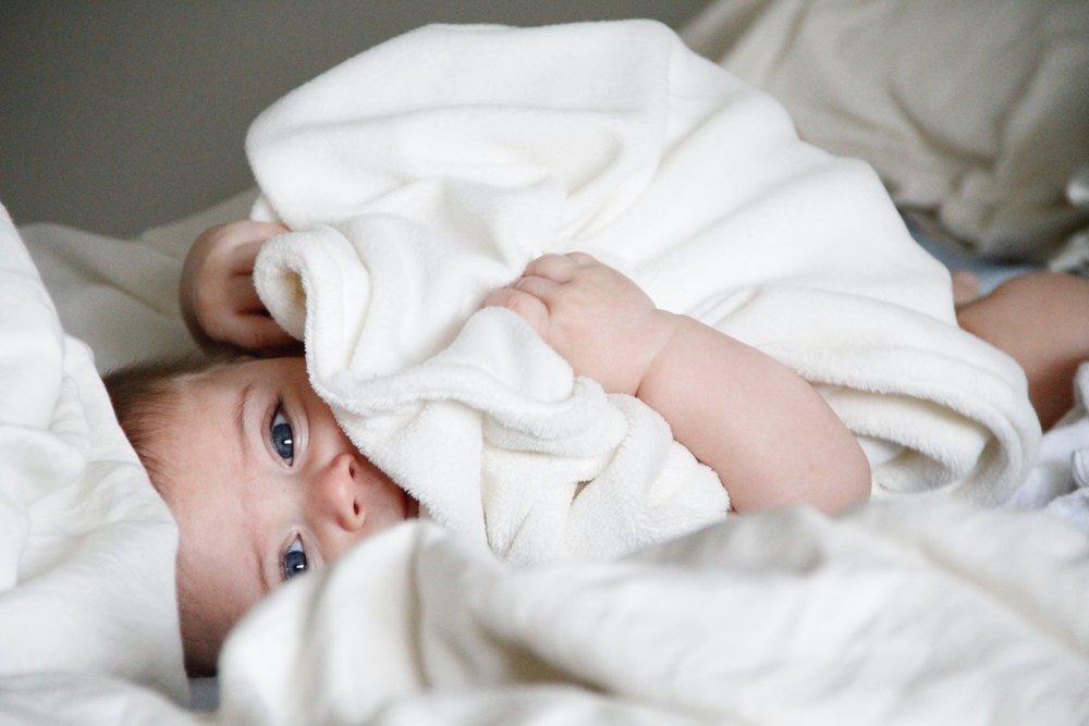 bambino felice nonostante la dentizione