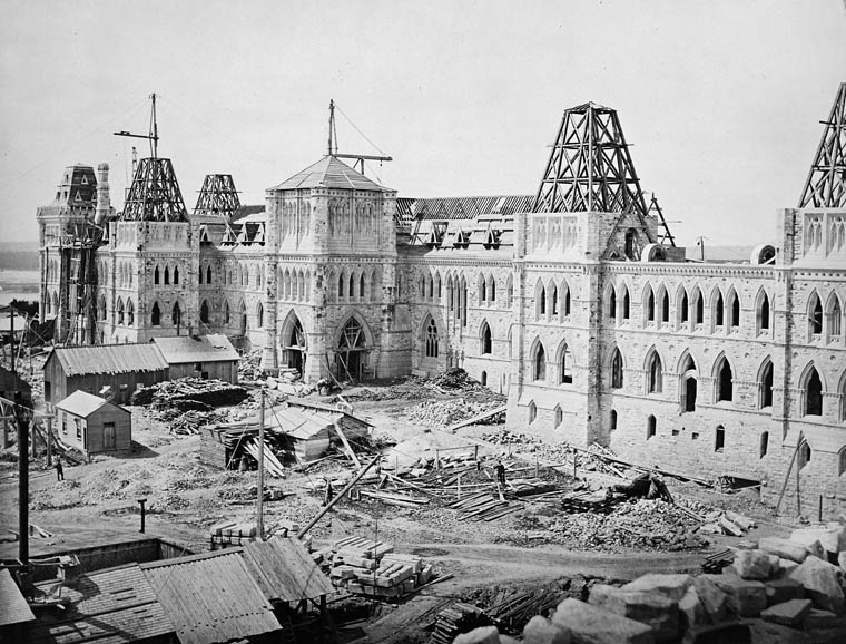 L'édifice du Centre de la Colline du Parlement, en construction en 1863.
