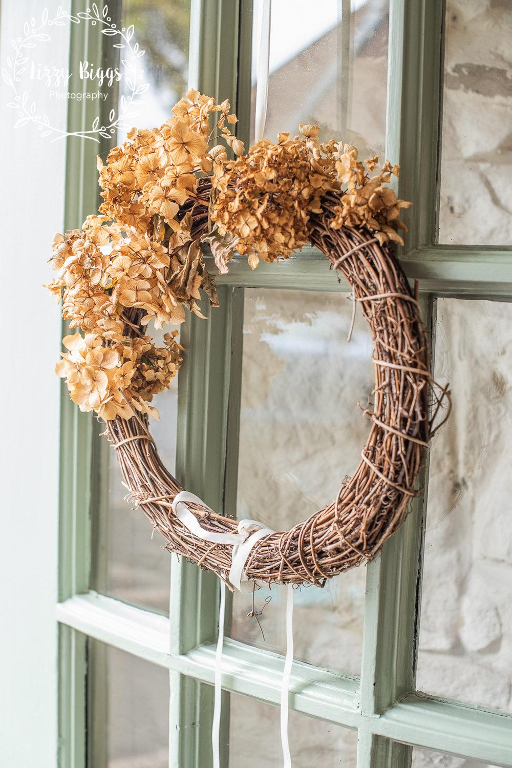 Lizzy_Biggs_Photography_dried_flowers_wreath_on_door