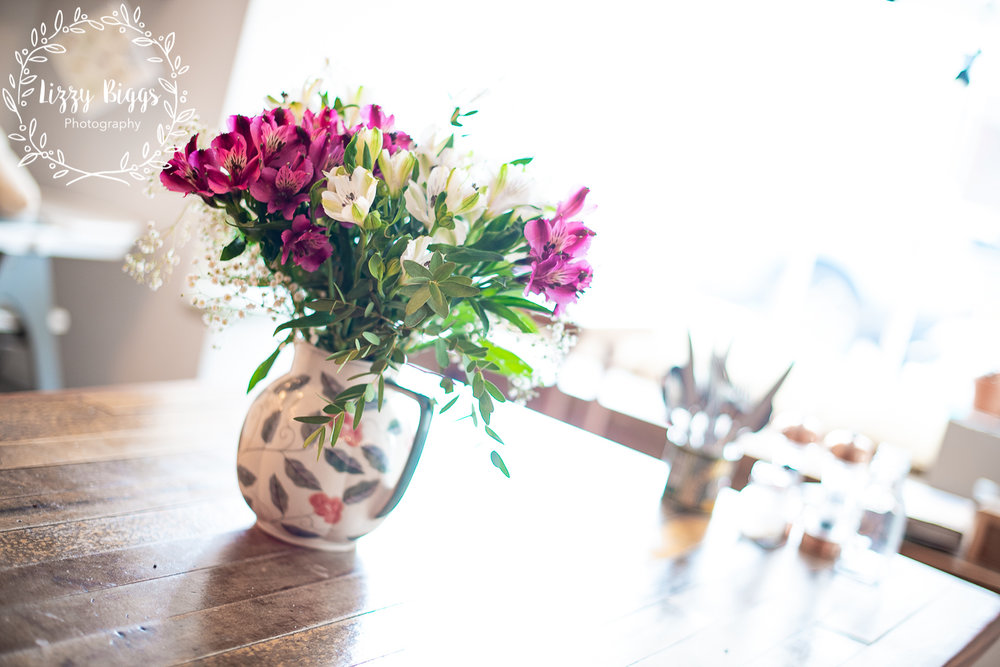 Lizzy_Biggs_Photography_photo_of_cafe_table_with_flower_jug