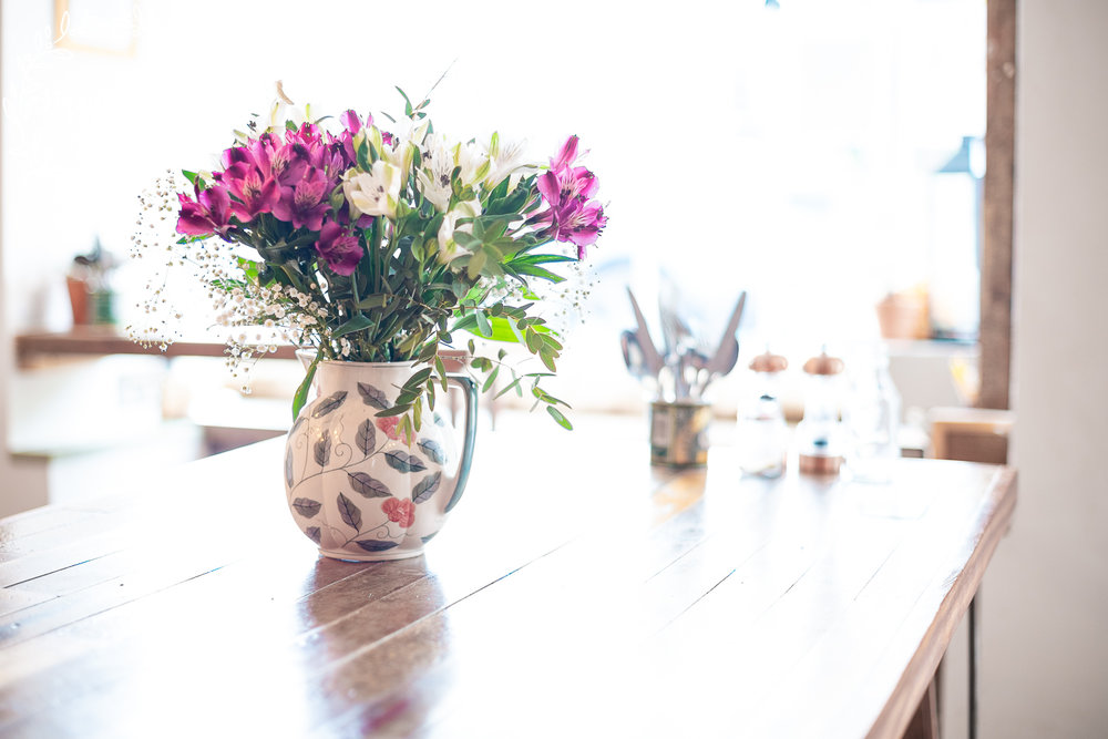 Lizzy_Biggs_Photography_flowers_on_coffeeshop_trestle_table