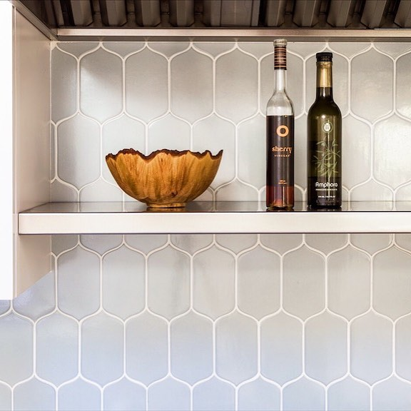Tile Tuesday! Love this fresh @walkerzanger backsplash (Photo credit @daviddlivingston ) #tilelove #tile #kitchen #kitchendecor #kitchendesign #interiors #lovethehomeyourewith #beautifulhomes #beautifulhouses #interiordesign