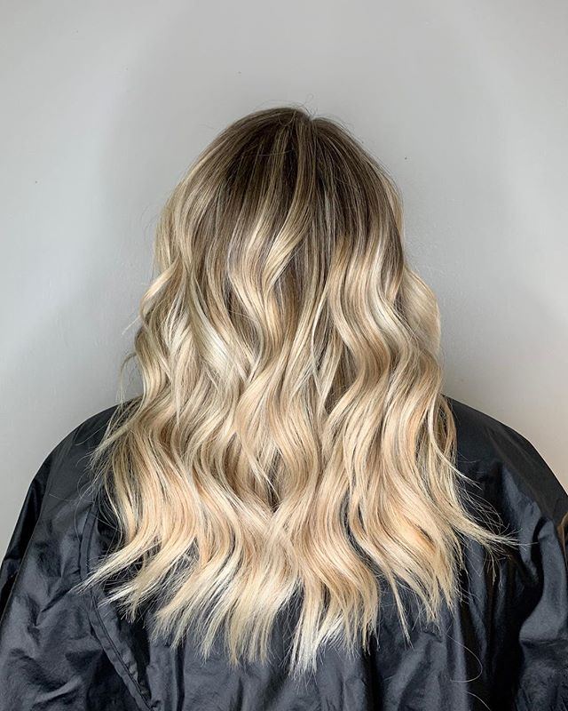 I recently started using Brazilian b3 Bonder and couldn't be more amazed at the results! This client had fragile ends from years of bleach and switching up her color. We added it into her formula today and literally had ZERO breakage! If you're wanting blonde, but more importantly healthy hair be sure to ask me about this! Swipe to see the before!! • • • #beforeandafter #brazilianbondbuilder #b3  #bondbuilder #blondehair #healthyhair #joicoblondelife #shadowroot