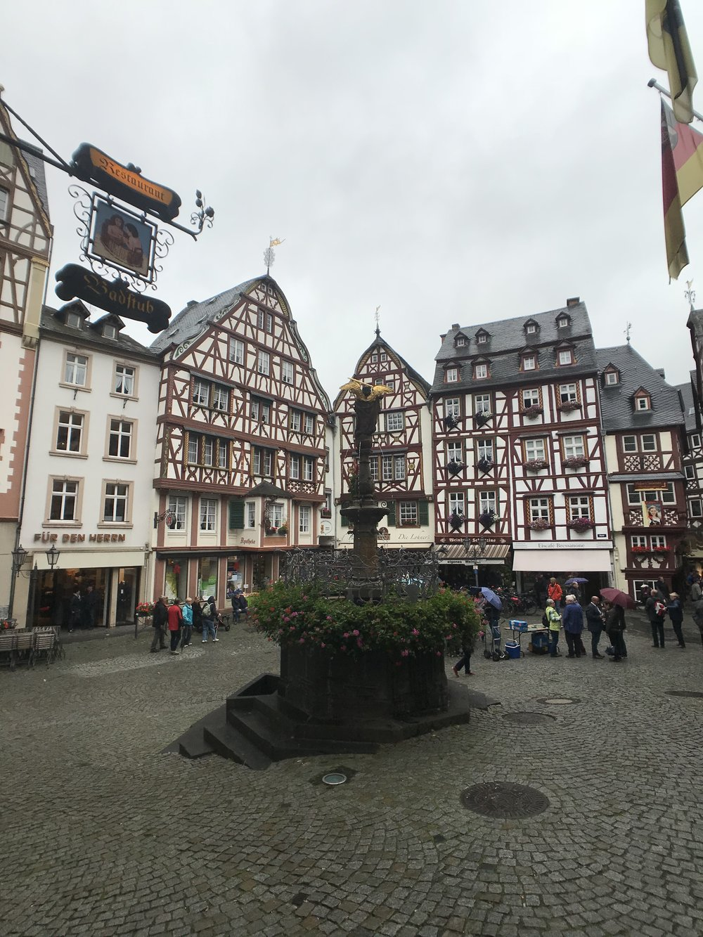 Der Marktplatz mit Brunnen in Bernkastel-Kues