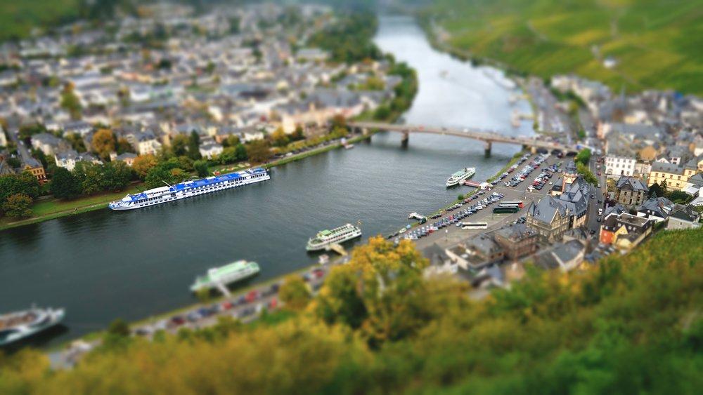 Blick von der Burgruine Landshut auf die Stadt Bernkastel-Kues