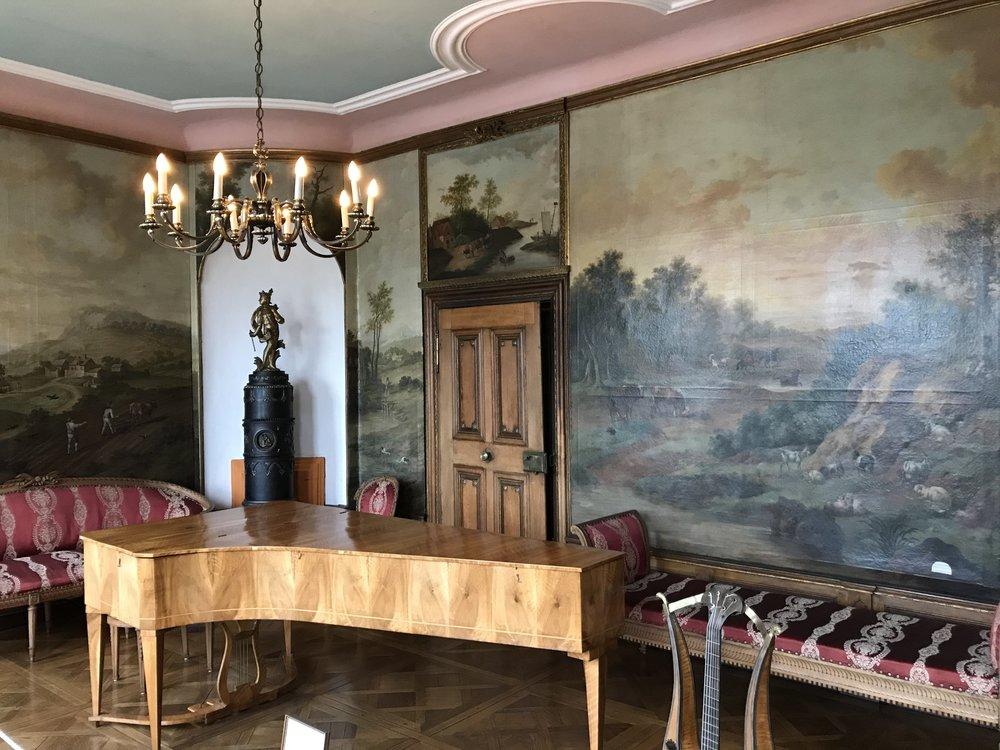 """Der Musik Salon - Hier ist u. a. ein Hammerklavier von 1811 zu sehen.   Raum 15 ist das sogenannte """"Goethezimmer"""". Im November 1792 weilte der Dichter als Gast der Familie im Haus Böcking. Er hatte, wie er in seiner Schrift  Kampagne in Frankreich   beschreibt, bei schlechtem Wetter und starker Strömung sein Ziel Trarbach gerade noch im Dunklen erreicht."""
