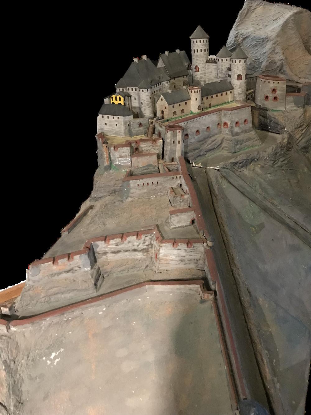 Modell der Grevenburg. Das gelb markierte sind die heute erhaltenen Überreste nach der Sprengung der Franzosen 1734.