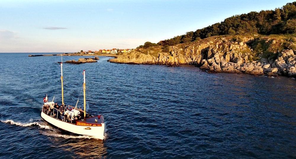 Lehnsgaard Rederi ApS - Vi driver den dejlige passagerbåd M/S Thor der sejler i rutefart mellem Gudhjem og Helligdomsklipperne / Bornholms Kunstmuseum