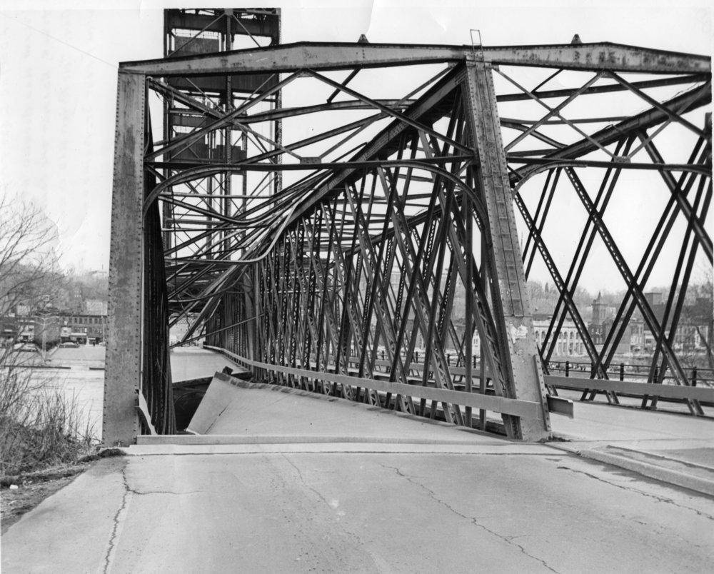 GI Bridge during collapse Gene Baxter photo 1984-53-131.jpg