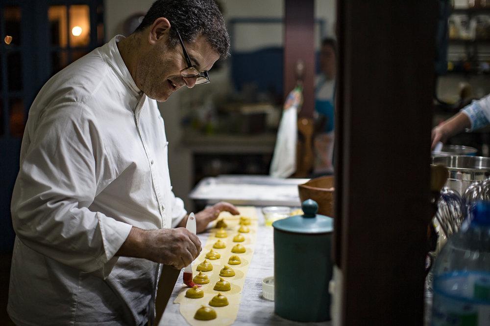 Ari na cozinha do restaurante (Foto Wagner Dias).jpg