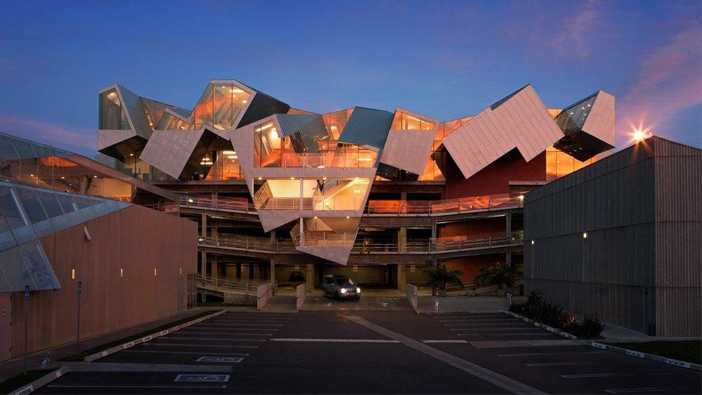 """Origami zum Bewohnen: Der Architekt Eric Owen Moss hat seit bald 30 Jahren eine Stadt in der Stadt gebaut für das Unternehmerpaar Frederick und Laurie Samitaur. Im sogenannten Hayden Tract von Culver City schrauben und falten sich mehr als 20 seiner kühnen Projekte aus dem Boden,hier """"Pterodactyl"""" von 2015, Hauptquartier einer Medien-Company"""