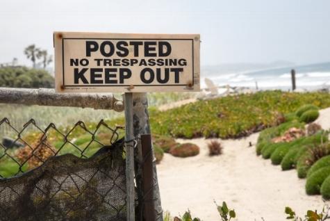 No-go-Area: Einschüchternde, obschon nicht rechtskräftige Schilder sollen den Plebs am Strandspaziergang hindern