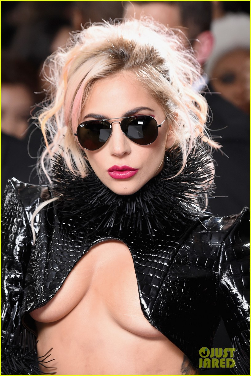 lady-gaga-grammys-2017-red-carpet-look-06.jpg