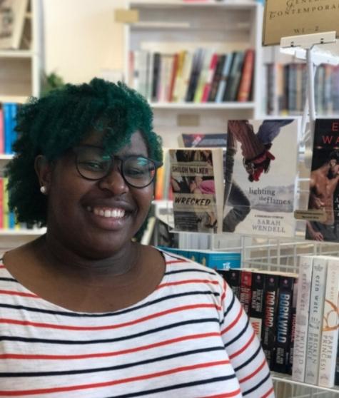 Love is a Battlefield:Sarah Kuhn (auf dem Sofa) schreibt Romanzen über eine Art Ninja-Kämpferin, Rebekah Weatherspoon untersucht in ihren Büchern die komischen Seiten der Liebe