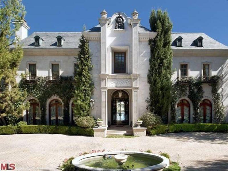"""100.000 Dollar Miete im Monat zahlte Michael Jackson für sein letztes Heim in Holmby Hills:. Er starb im Juli 2012 in diesem Landry-Anwesen am Carolwood Drive in Bel Air, das von der Lokalpresse mit leichtem Grusel als """"Todesvilla"""" bezeichnet wurde, aber natüriich trotzdem einen wohlsituierten Käufer fand"""