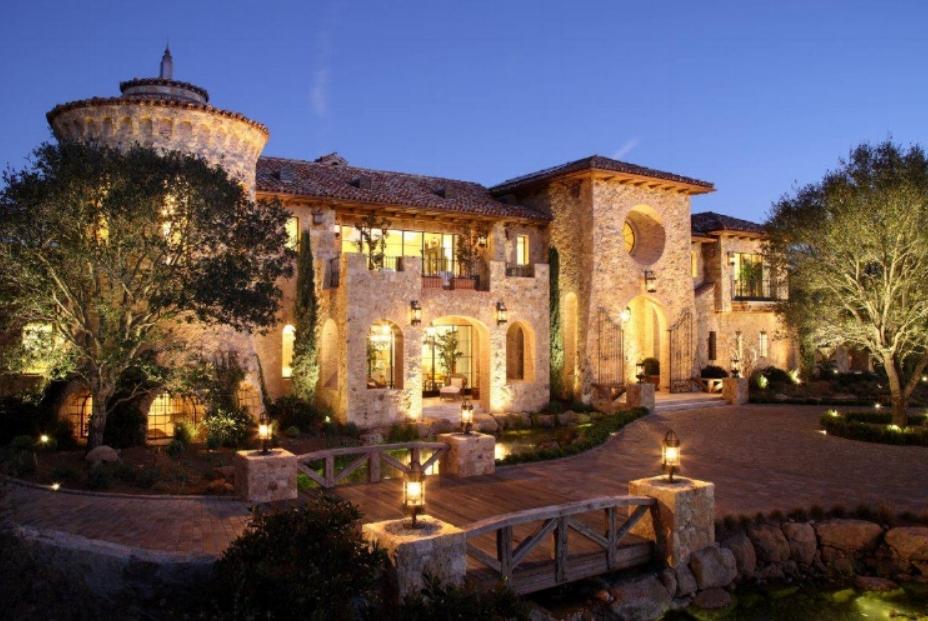 Villa-del-Lago-front-exterior.jpg