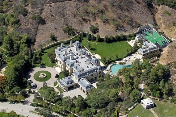 """""""Richard, ich verfolge Ihre Arbeit seit Jahren, ich freue mich so, dass Sie jetzt für mich bauen können"""", schrieb Mark Wahlberg an den kanadischen """"Erfüller von Träumen"""". Der baute dem Schauspieler ein """"French Manor"""", ein französisches Herrenhaus, nach Beverly Park: Dort lebt die Familie nun abgeschieden hinter hohen Hecken neben ähnlich einsiedlerischen Nachbarn wie Samuel L.Jackson, Denzel Washington und so manchem Saudi-Prinzen"""