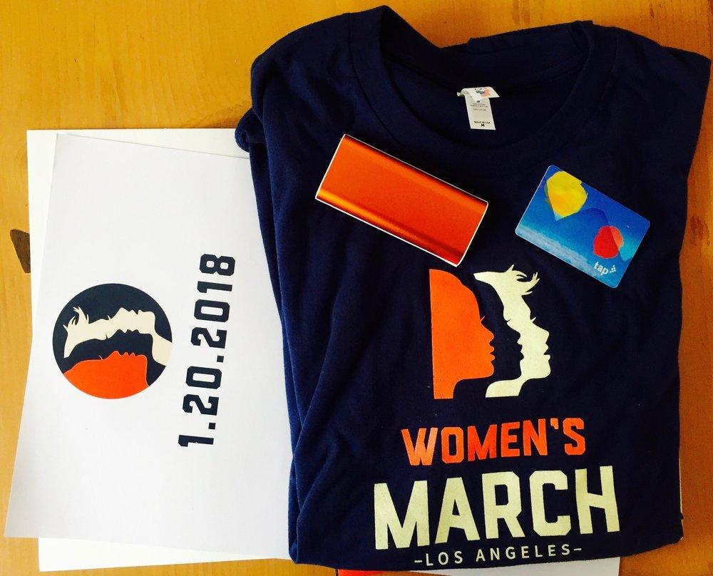 Dunkelblaues Protest-Shirt, check. Ladegerät fürs I-Phone, check. Gültige Metro-Karte, check. Nicht im Bild: Pink Pussyhat (weil zu spät mit Stricken angefangen)