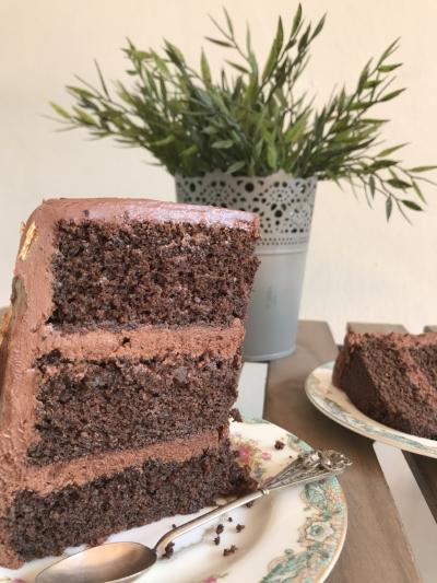 Se puede notar la humedad de la torta. La torta cuando se corta desmiga pero eso es por la humedad de la misma.