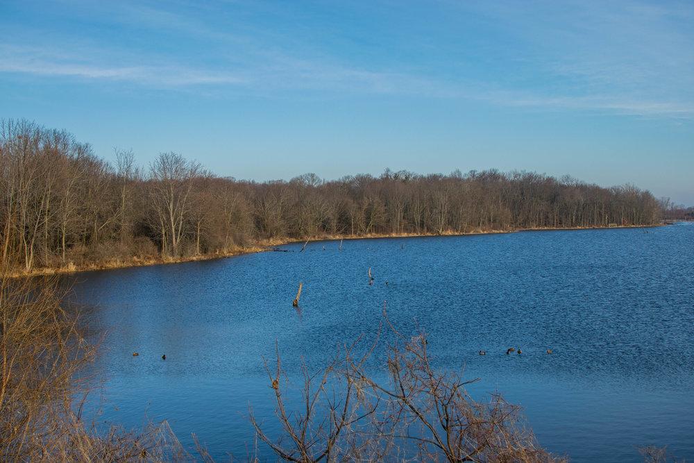 Blick über den größten See des Gebiets von einer Brücke aus