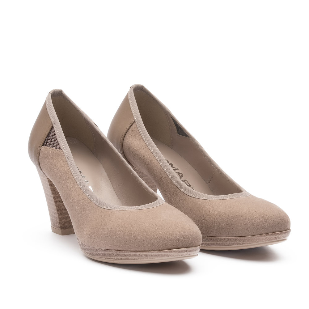 421975 - Pump with upper in taupe fabric suede and microfibre, beige elastic trim, laser engraved laminate accessory and natural leather effect sole.