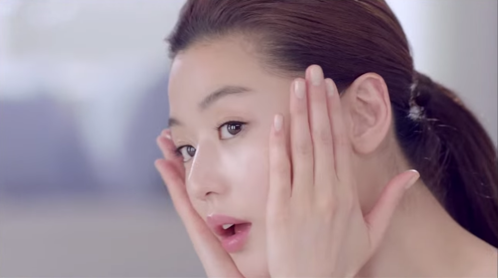 Jun Ji Hyun lightly patting the toner onto her face