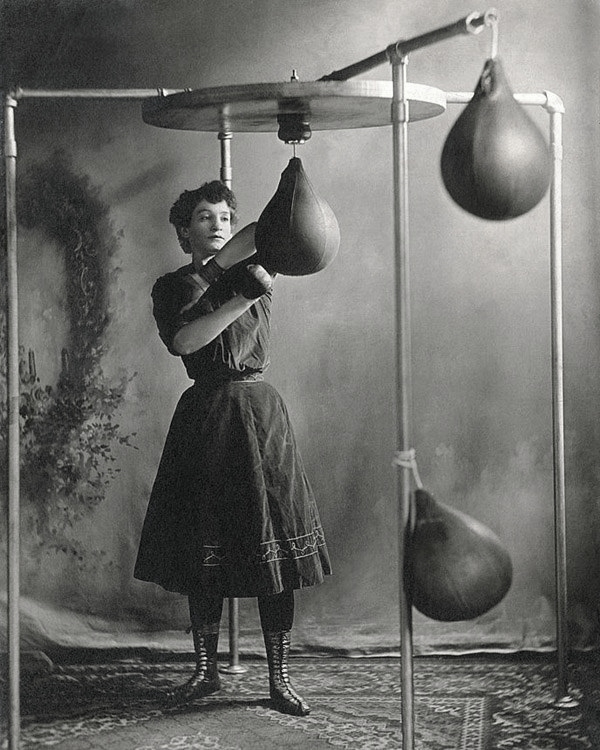 A woman trains with gloves and bags in 1890.  Photography Source Underwood Archives/Getty Images