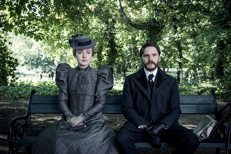 Park (Still) Life: Dakota Fanning (Sara) and Daniel Bruhl (Laszlo) in  The Alienist