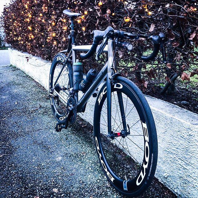 Easy riding 🚴🏻💨 www.knagit.com • • • • • #landevei #stavangersentrum #rapha_rcc #rapha #bikeart #bikeshop #bikelove #bikelife #quarq #roadbike #sandnes #norge #norsksykling #roadslikethese #outsideisfree #behindbars #envecomposites #lynskeyperformance #sworks #duraacedi2 #rogaland #sykkeltur #sykkelglede #sykkelioslo #sykkel #brooksengland #mcfk #visomcyklar #sykkelzentrum